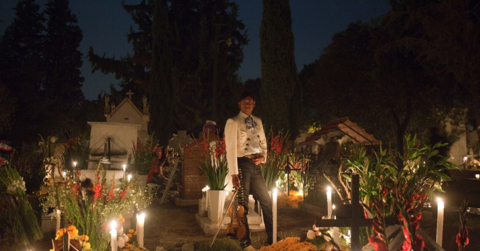 2.nov.2012 - Cantor mexicano faz pose no cemitério de San Gregório Atlapulco, na cidade do México