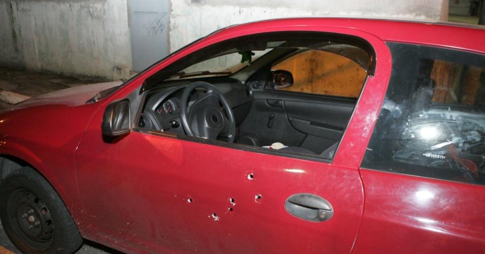 2.nov.2012 - Carro fica crivado de balas após tentativa de homicídio na zona norte de São Paulo (SP). Um homem foi baleado dentro do veículo na rua Teodoro Braga