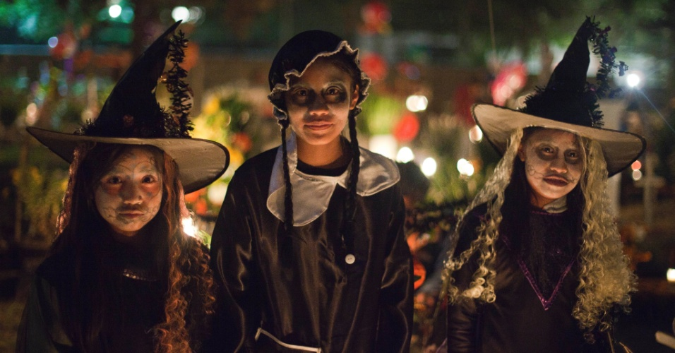 2.nov.2012 - Crianças se fantasiam para passar a noite no cemitério de San Gregório Atlapulco, na cidade do México