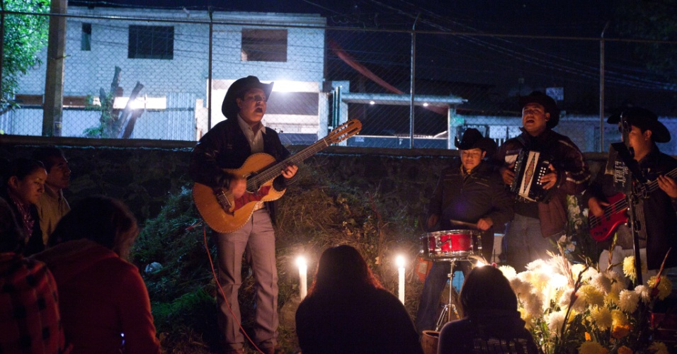 2.nov.2012 - Mexicanos cantam no cemitério de San Gregório Atlapulco, na cidade do México