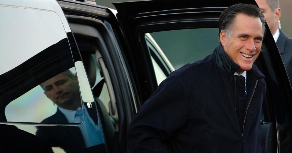 2.nov.2012 - Mitt Romney, candidato republicano à Presidência dos EUA, chega ao aeroporto Norfolk, na Virgínia