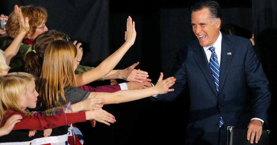2.nov.2012 - Mitt Romney, candidato republicano à Presidência dos EUA, cumprimenta apoiadores em comício em West Allis, Wisconsin