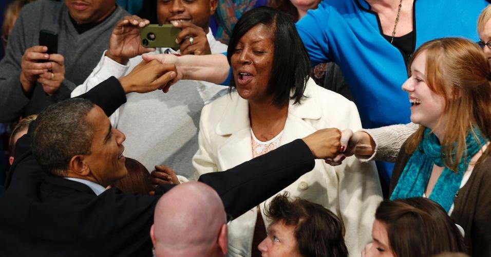 2.nov.2012 - O presidente Barack Obama cumprimenta apoiadores após discurso em Ohio