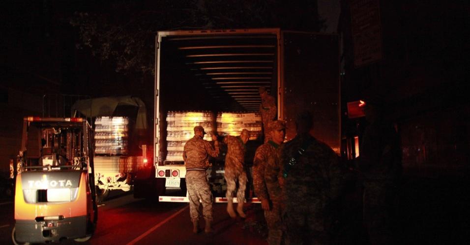 2.nov.2012 - Soldados descarregam caminhão da Guarda Nacional com carregamento de água em Nova York (EUA)