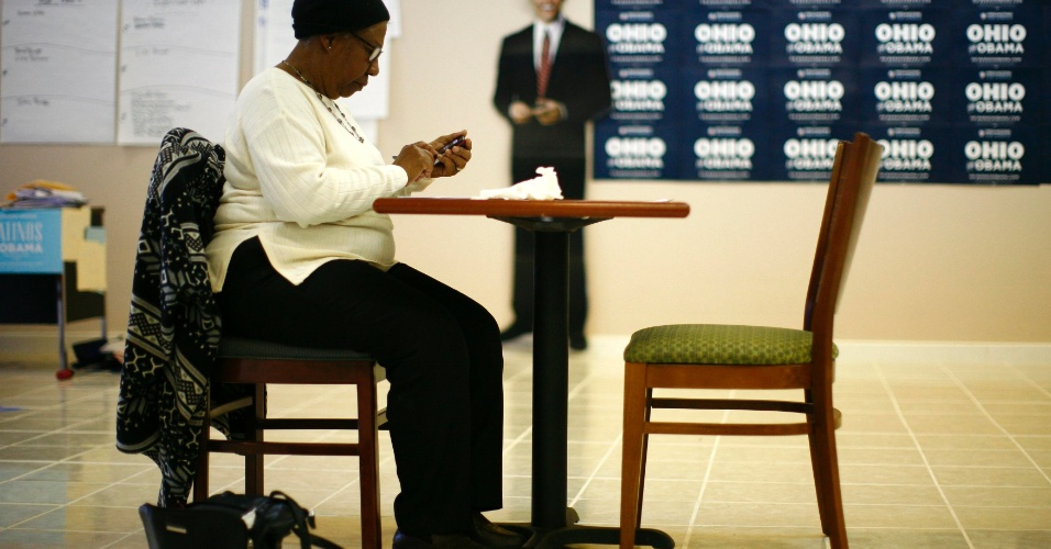 2.nov.2012 - Voluntária faz ligações em apoio à reeleição do presidente Barack Obama em Lorain, Ohio. O democrata tem um caminho um pouco mais fácil para conseguir os 270 votos de delegados para ser reeleito do que Romney, impulsionado, principalmente, por uma pequena vantagem no Estado-chave de Ohio, assim como em Wisconsin, Iowa e Nevada