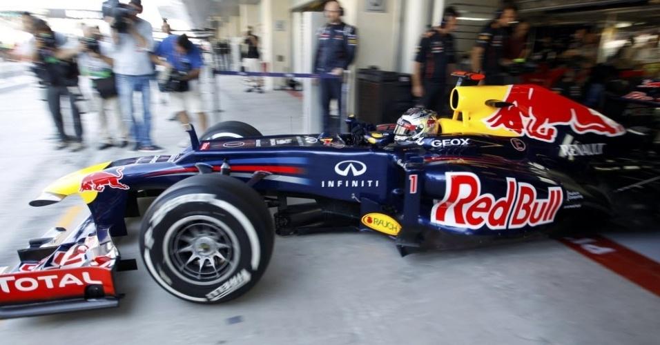 Carro de Sebastian Vettel sai dos boxes para o primeiro treino livre do GP dos Emirados Árabes