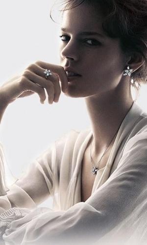 Freja Beha Erichsen em nova campanha da joalheria Harry Winston