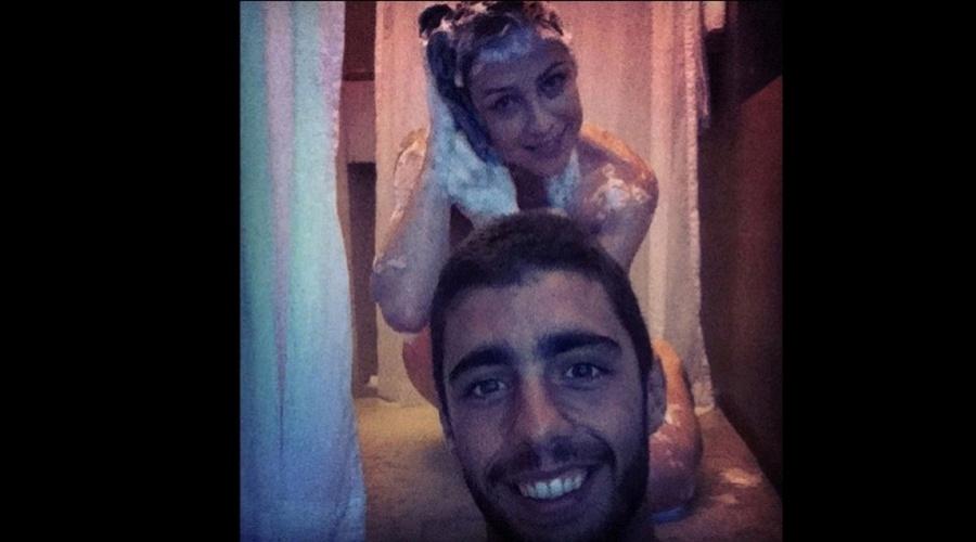 Luana Piovani apareceu ensaboada em uma foto divulgada por Pedro Scooby, seu marido, por meio do Twitter (2/11/12). Luana está na novela