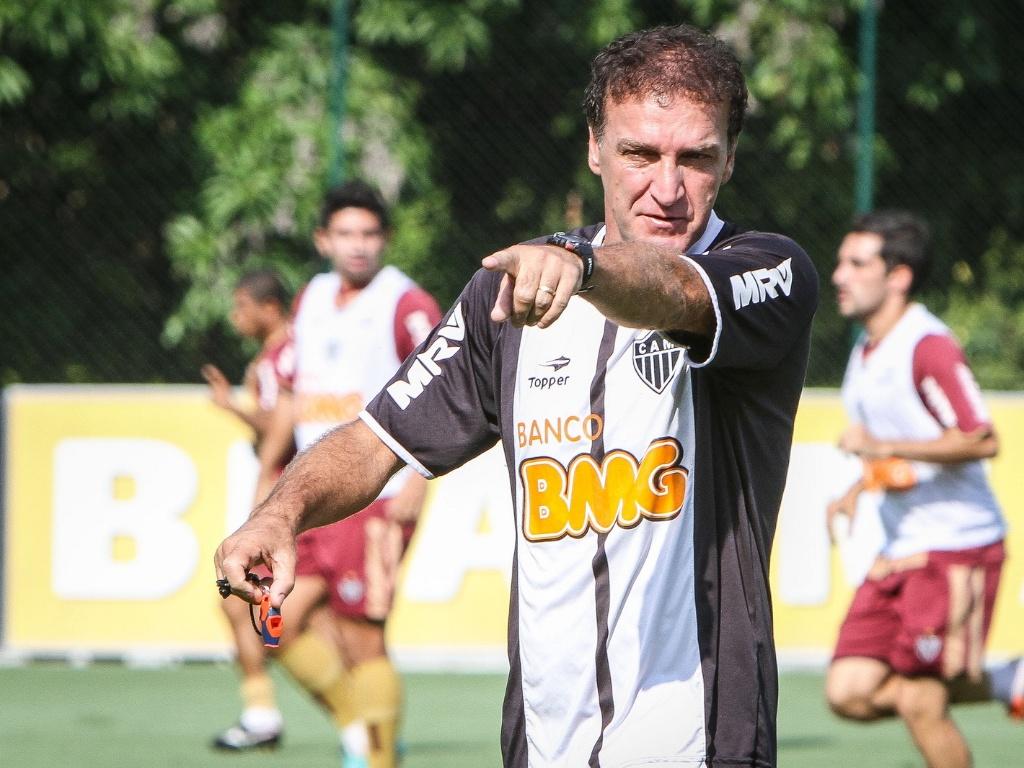 O técnico Cuca comanda treino do Atlético-MG na Cidade do Galo, em Vespasiano (2/11/2012)