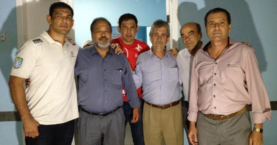 Rodrigo Minotauro (e) posa com médicos que o salvaram, 25 anos depois de ter sido atropelado por um caminhão na Bahia, e com o gêmeo Minotouro