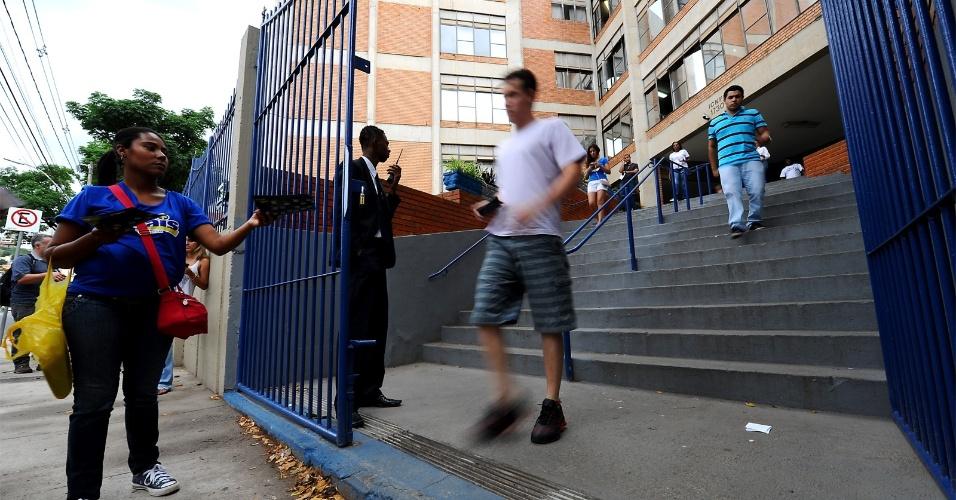 Maria Odília da Silva aguarda abertura dos portões do local de prova do Enem 2012 (Exame Nacional do Ensino Médio) em Belo Horizonte, neste sábado (3).