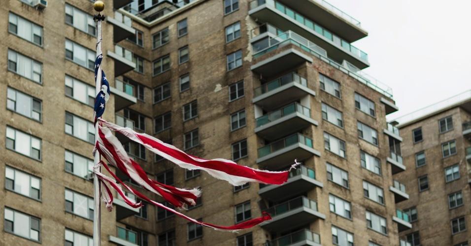 2.nov.2012 - Bandeira dos EUA destruída pela força dos ventos após passagem do furacão Sandy pelo país é vista em Brighton Beach, Nova York
