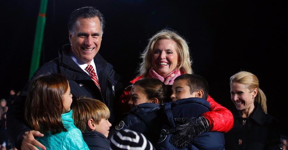 2.nov.2012 - Mitt Romney, candidato republicano à Presidência dos EUA, e sua mulher Ann, recebem alguns dos seus netos no palco durante um comício de campanha em West Chester, Ohio (EUA)