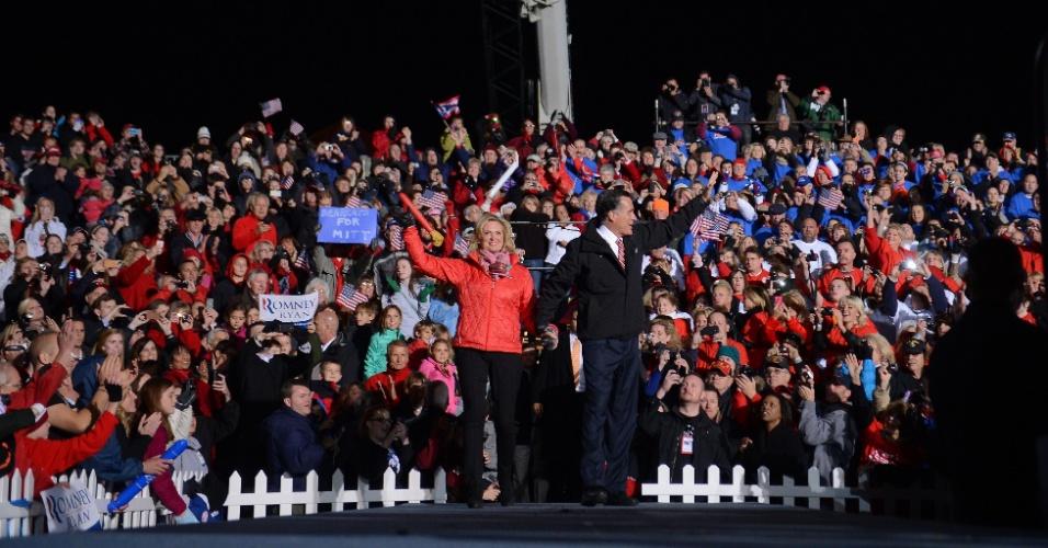 3.nov.2012 - O candidato republicano à Presidência dos EUA, Mitt Romney, e a mulher, Ann Romney, acenam para apoiadores durante evento de campanha em Union Center, West Chester (Ohio)