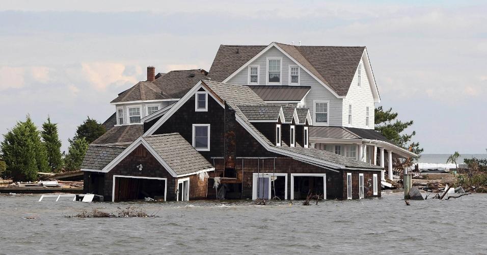 3.nov.2012 - Quatro dias após passagem do furacão Sandy pelos Estados Unidos, casa segue parcialmente submersa em Mantoloking, Nova Jersey, depois que a água do mar invadiu a cidade e inundou residências à beira-mar