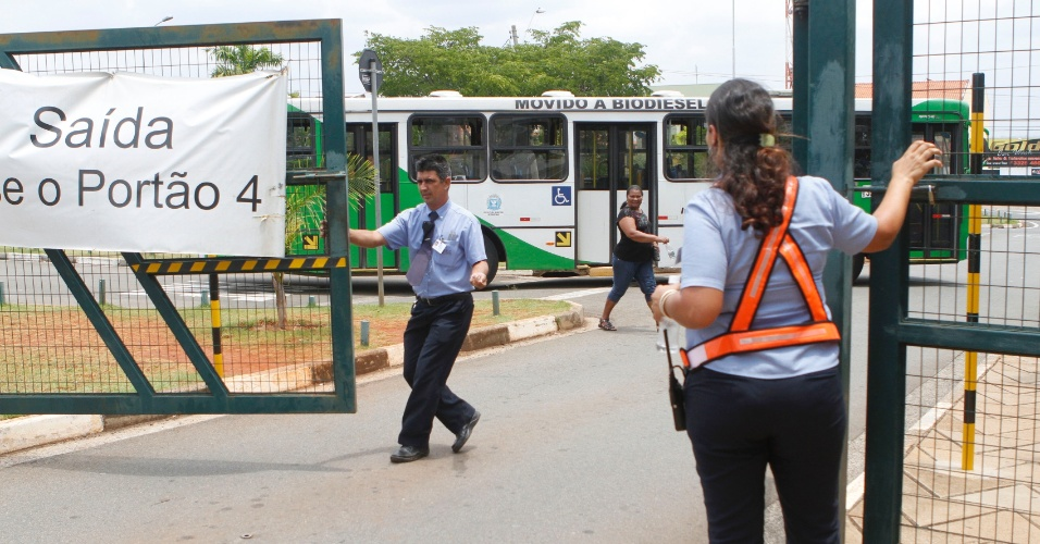 3.nov.2012 - Fiscais fecham às 13h deste sábado (3) o portão de local de prova do Enem em Campinas (SP)