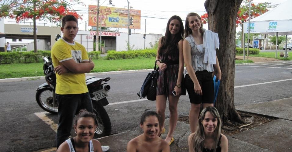 3.nov.2012 - Alunos se reúnem em frente dos locais de prova do Enem 2012 em Ribeirão Preto, no interior de São Paulo