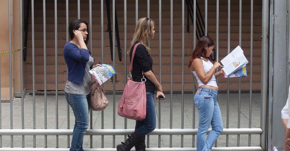 3.nov.2012 - Candidatas aguardam abertura dos portões do local de prova do Enem 2012 na zona oeste de São Paulo