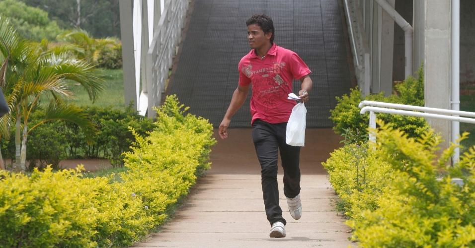 3.nov.2012 - Candidato se apressa para não chegar atrasado no primeiro dia de provas do Enem em Campinas, no interior de São Paulo, neste sábado (3)
