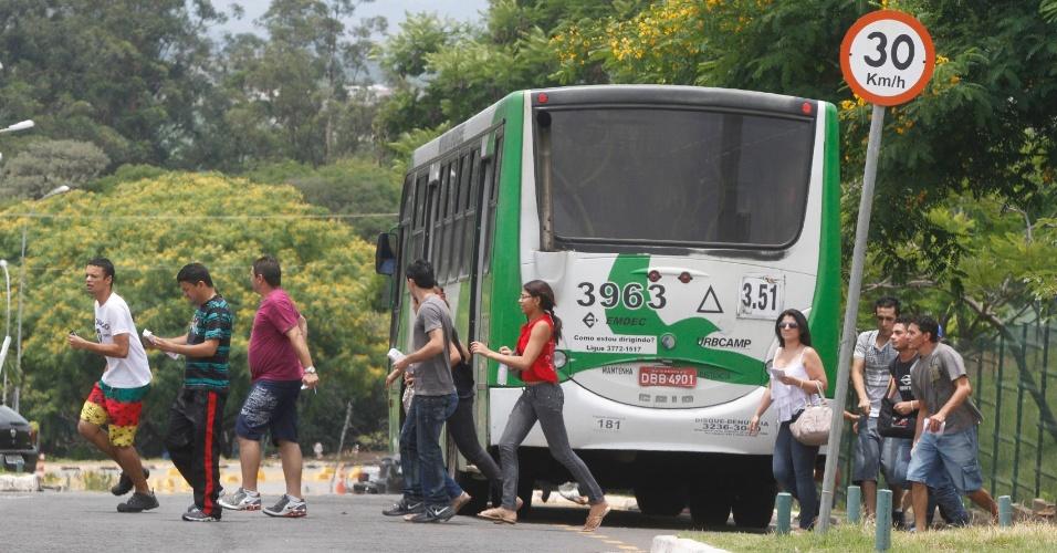 3.nov.2012 - Candidatos descem do ônibus correndo para não chegarem atrasado ao primeiro dia do Enem (Exame do Ensino Médio) em Campinas, no interior de São Paulo, neste sábado (3)