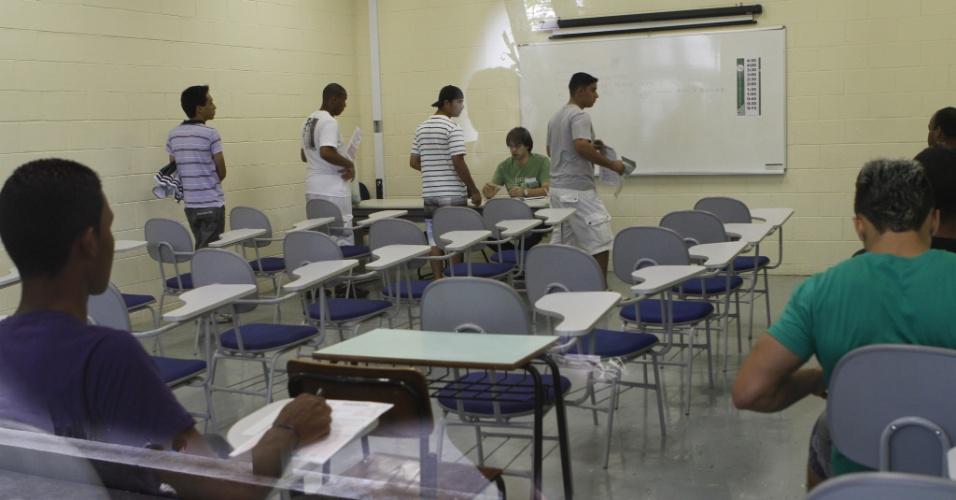 3.nov.2012 - Candidatos na sala de aula esperam para fazer prova no Enem 2012 em Campinas
