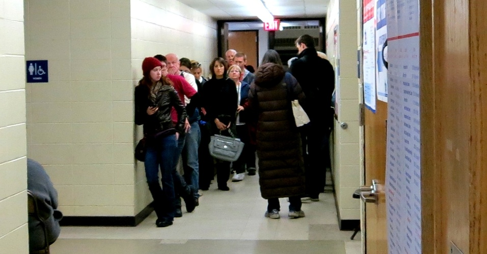 3.nov.2012 - Eleitores enfrentam até 45 minutos de fila para votar no último dia de votações antecipadas em Chicago, EUA, no ginásio Welles Park. A quantidade de votos antecipados em 2012 superou o das últimas eleições, em 2008, e segundo o Comitê Eleitoral de Chicago, bateu recorde