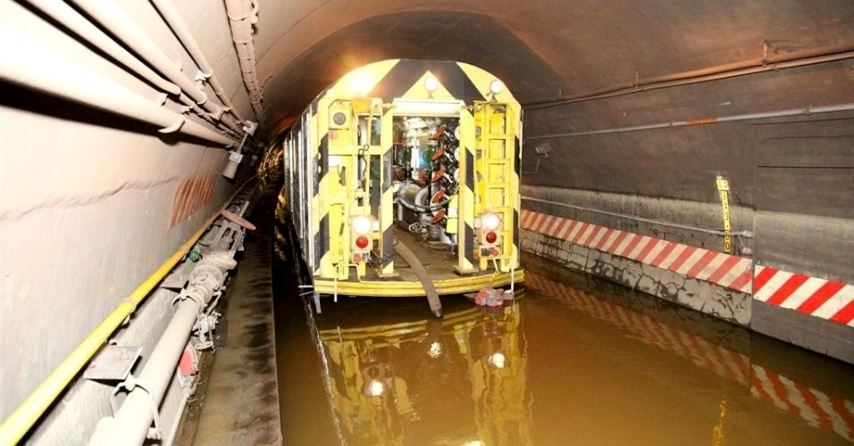 3.nov.2012 - Empresa estatal responsável pelo transporte público em Nova York, MTA (Autoridade Metropolitana de Trânsito) utiliza vagão especial, com uma bomba hidráulica, para remover água em túnel das linhas A e C do metrô, que passam sob o East River, entre as ilhas de Manhattan e Queens