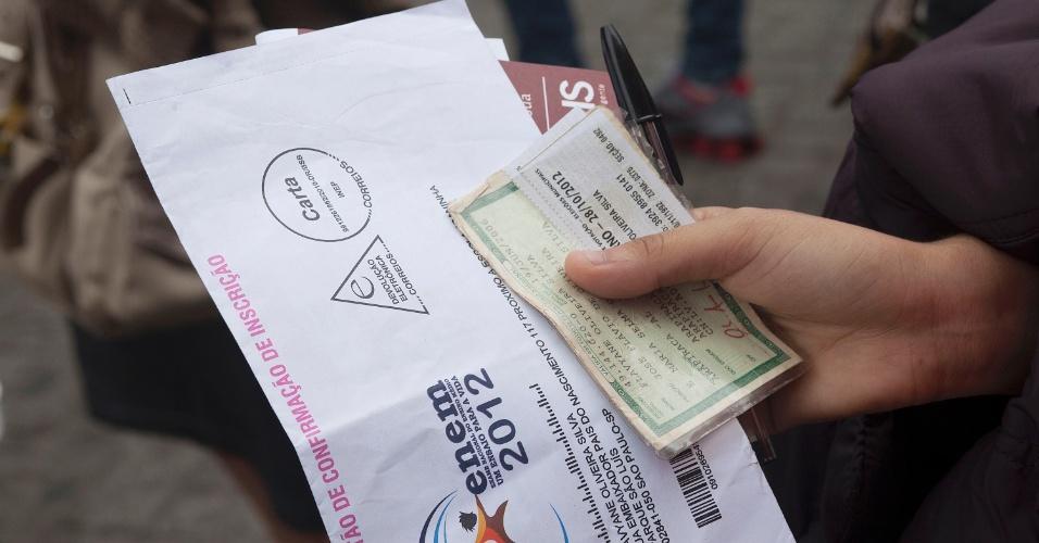 3.nov.2012 - Estudante mostra material separado exigido na prova do Enem 2012