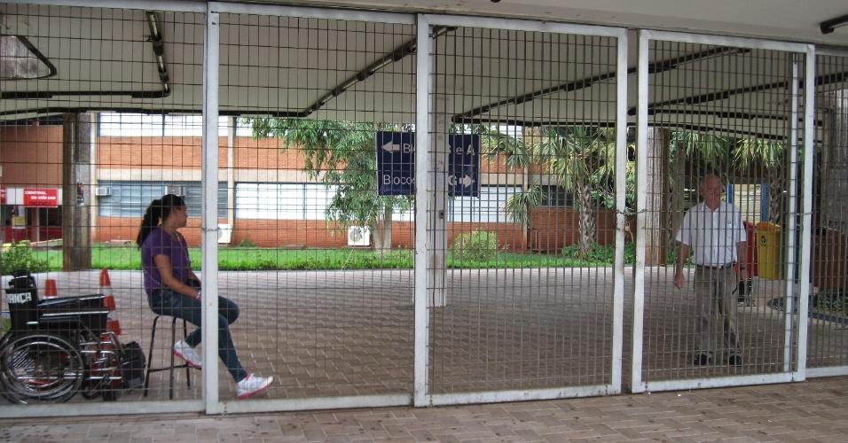 3.nov.2012 - Fiscais aguardam abertura dos portões em colégio de Ribeirão Preto, no interior do Estado de São Paulo, para o primeiro dia de provas do Enem 2012 neste sábado (3)