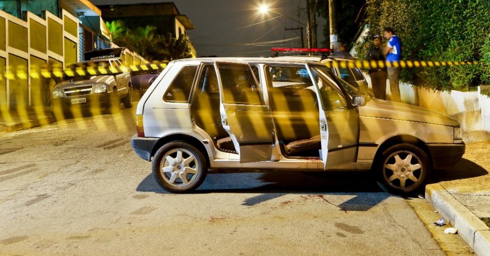 3.nov.2012 - Homem foi baleado dentro de carro na frente de um condomínio na rua São Félix do Piaui, na Vila Carmosina, zona leste de São Paulo (SP)