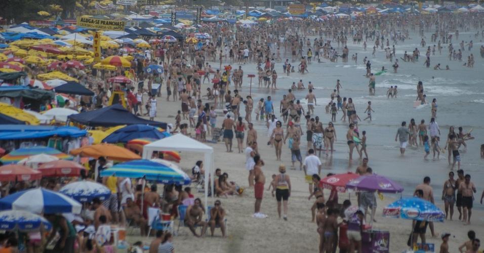 3.nov.2012 - Mesmo com dia nublado, a praia Grande, em Ubatuba, litoral norte de São Paulo, fica lotada na tarde deste sábado (3)