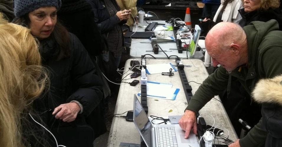2.nov.2012 - Moradores fazem fila neste sábado para carregar celulares e laptops na Union Square Park, em Manhattan, Nova York (EUA). Em muitas das áreas periféricas da cidade, milhares de pessoas vão ter que esperar até nove dias, e em alguns casos até mais, para a eletricidade a ser restaurada em suas casas