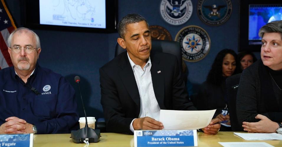 3.nov.2012 - O presidente Barack Obama (centro), se encontra com o administrador da Agência Federal de Gestão de Emergências, William Craig Fugate, e com o secretário de Segurança Interna, Janet Napolitano (à dir), para falar com jornalistas sobre as operações de rescaldo do furacão Sandy, em Washington (EUA)