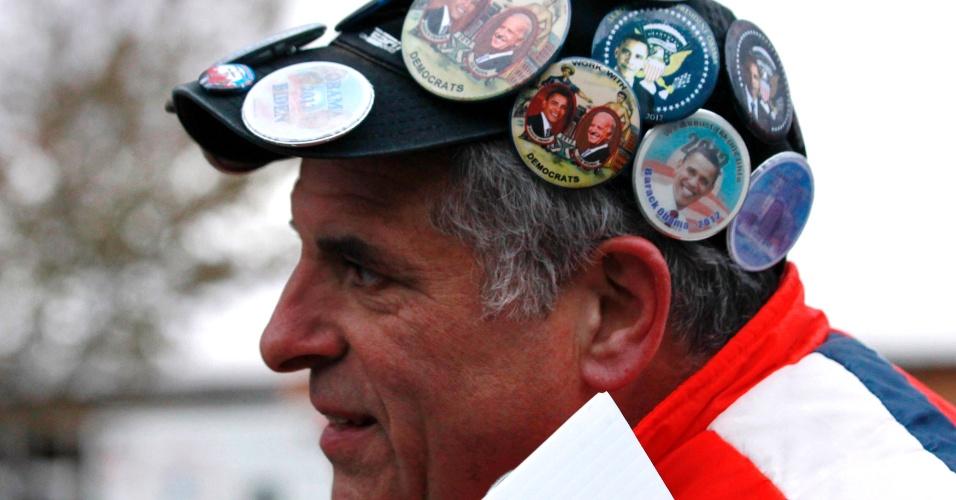 3.nov.2012 - Vendedor de broches da campanha de Barack Obama mostra seus produtos no boné, na cidade de Mentor, Ohio, onde o presidente e candidato faz um comício