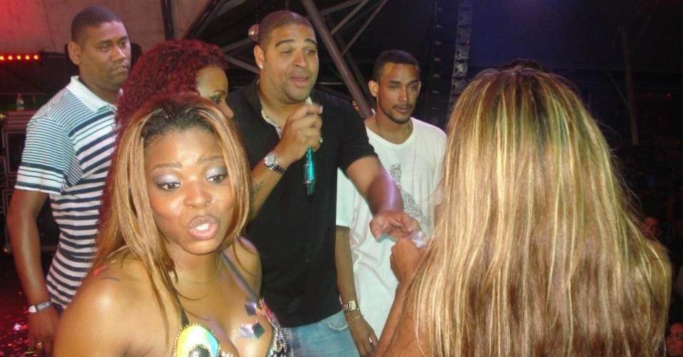 Adriano se diverte com grupo de funk
