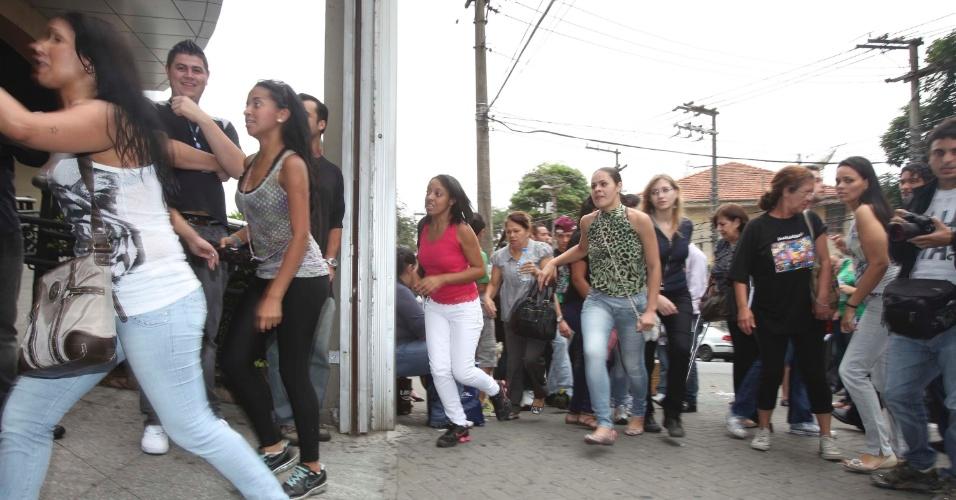 3.nov.2012 - Atrasados correm para pegar os portões abertos, na zona oeste de São Paulo