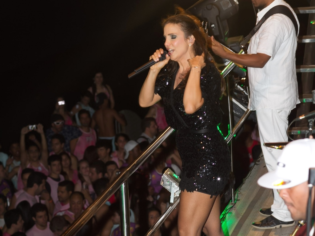 Com um dos ps engessados, Ivete Sangalo faz show em cima de um trio eltrico no Carnaval fora de poca da cidade de Alfenas, Minas Gerais (2/11/12) Recentemente, a cantora fez o papel de Maria Machado na novela 