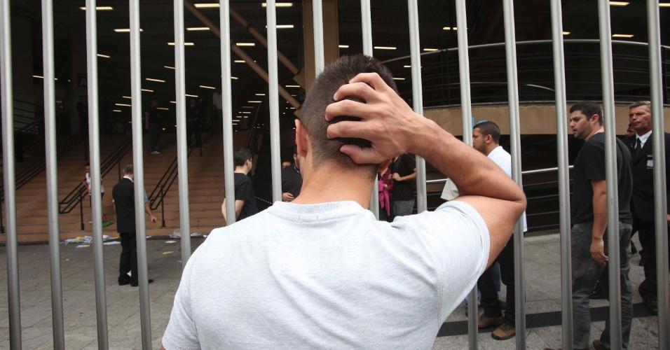 3.nov.2012 - Estudante chega atrasado para o primeiro dia de provas do Enem 2012 em São Paulo