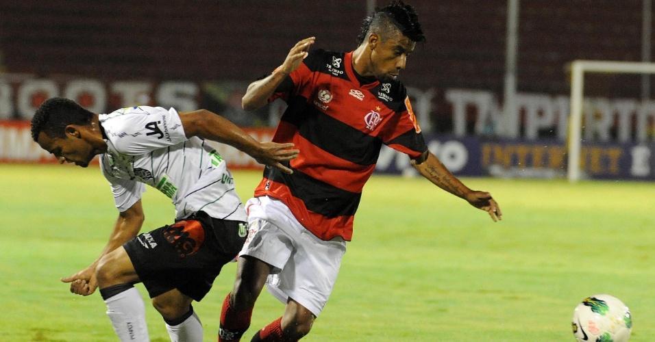 Léo Moura escapa de marcação na partida entre Flamengo e Figueirense em Volta Redonda