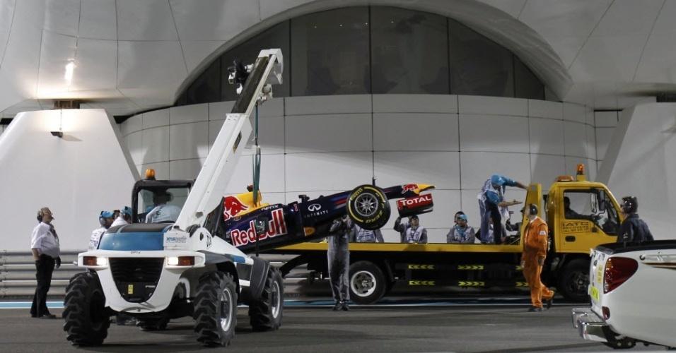 Red Bull de Sebastian Vettel precisou parar na pista após o treino de classificação e foi recolhida por guincho (03/11/2012)
