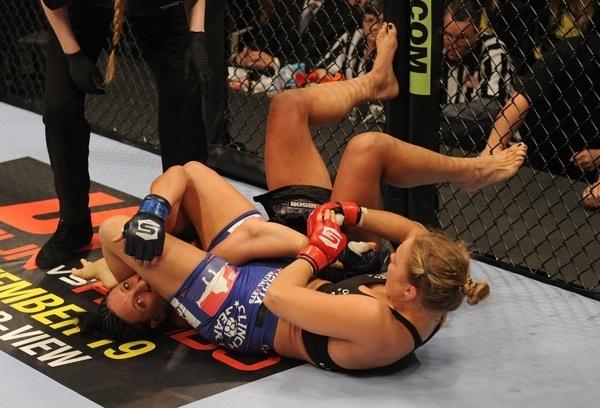 Ronda Rousey encaixa chave de braço durante combate no Strikeforce