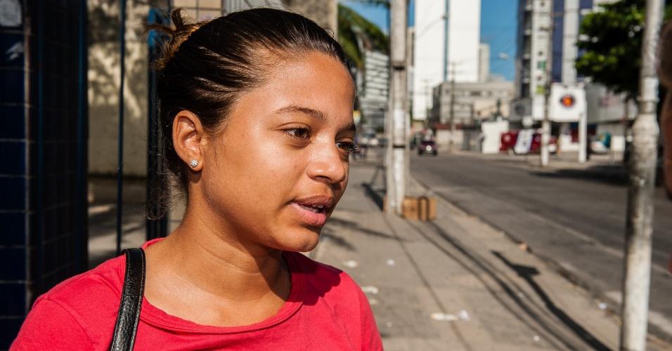 4.nov.2012 - A jovem Marcela Santos, 18, que não passou no vestibular de 2011 por apenas 2 décimos, realizou o segundo dia de provas do Enem 2012 em Pernambuco