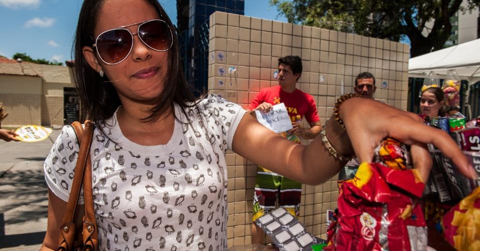 4.nov.2012 - A jovem Maria Eduarda Sales compra doces antes de entrar para o segundo dia de provas do Enem 2012 em Pernambuco
