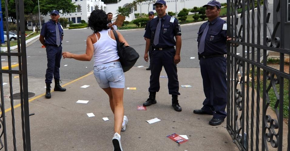 4.nov.2012 - A última candidata consegue entrar na PUC de Minas Gerais instantes antes do portão ser fechado, em Belo Horizonte, para fazer o Enem 2012