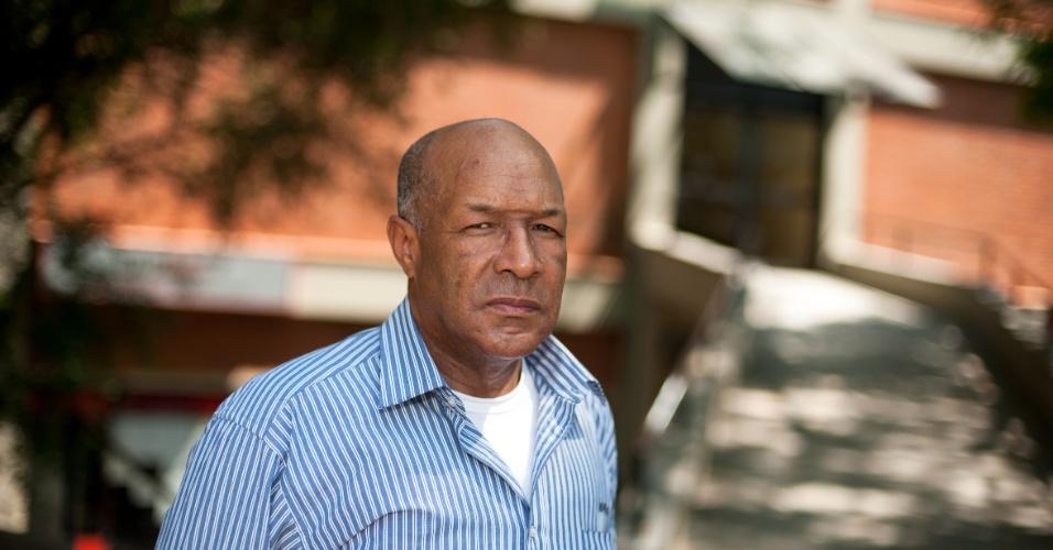 4.nov.2012 - Antônio Severo, 57 anos, considerou bom o tema da redação do Enem. Foi um dos primeiros a deixar o prédio da FAPA, em Porto Alegre