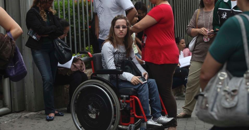 4.nov.2012 - Candidata aguarda abertura dos portões do local de prova do segundo dia de prova do Enem 2012, em São Paulo