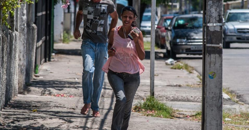 4.nov.2012 - Candidata corre para chegar a tempo ao local de prova do segundo dia do Enem 2012 em Pernambuco