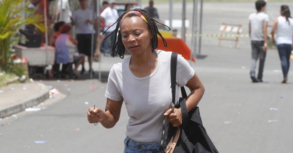 4.nov.2012 - Candidata corre para chegar ao local de provas do Enem 2012 em Campinas (SP), neste domingo