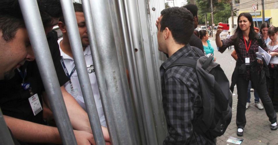 4.nov.2012 - Candidato atrasado chega em local de prova do Enem 2012 após fechamento dos portões na zona oeste de São Paulo