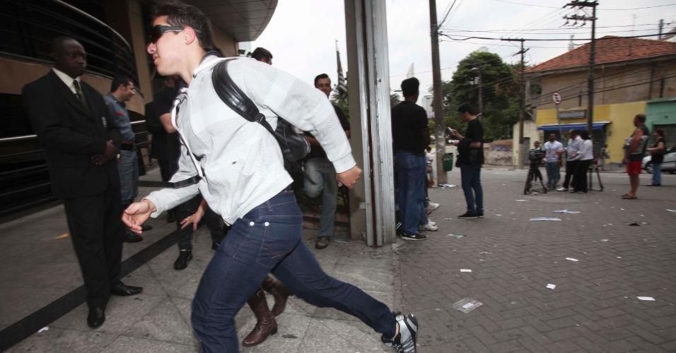 4.nov.2012 - Candidato corre para entrar antes do fechamento dos portões para a segunda prova do Enem 2012 na zona oeste de São Paulo